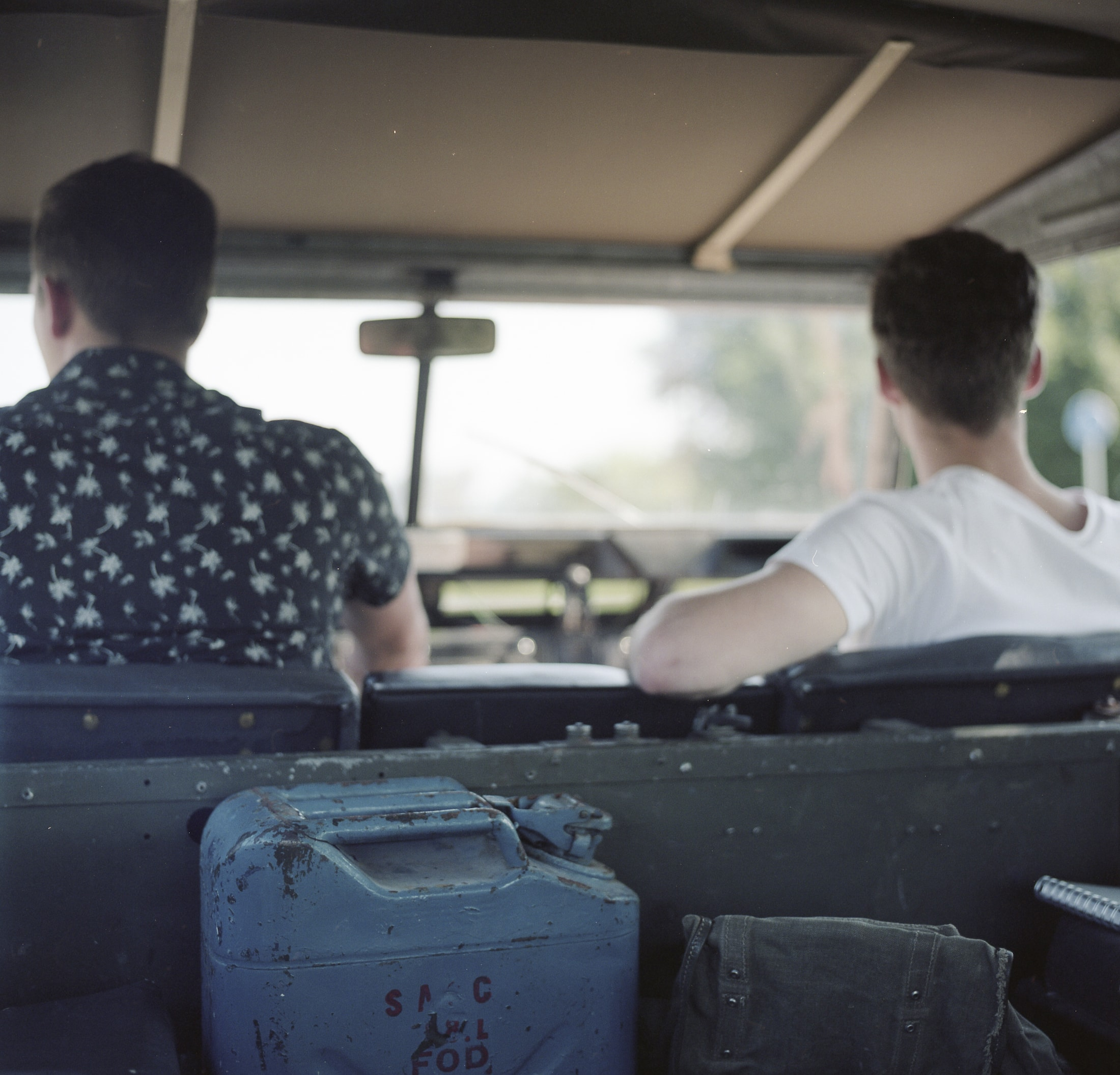 Bram en Ryco voorin de Land Rover