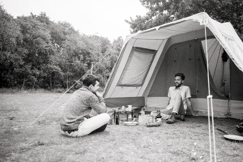 Thomas en Ryco van Op Scherp aan het kamperen